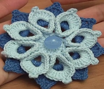 Цветок с объемными лепестками