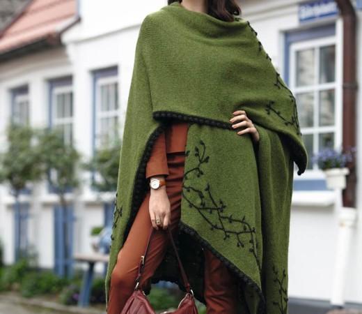 Вязаное пончо спицами с вышивкой